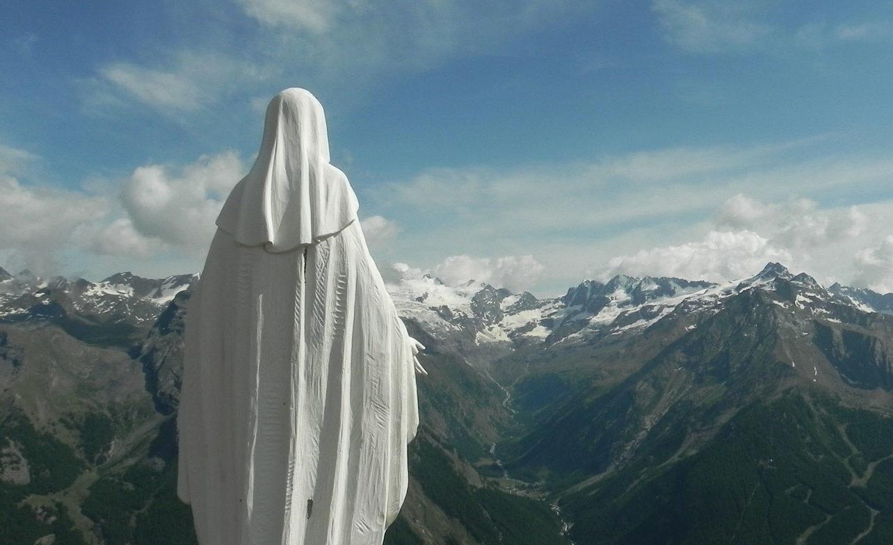 Santa Maria, donna del piano superiore … porta in alto i nostri cuori